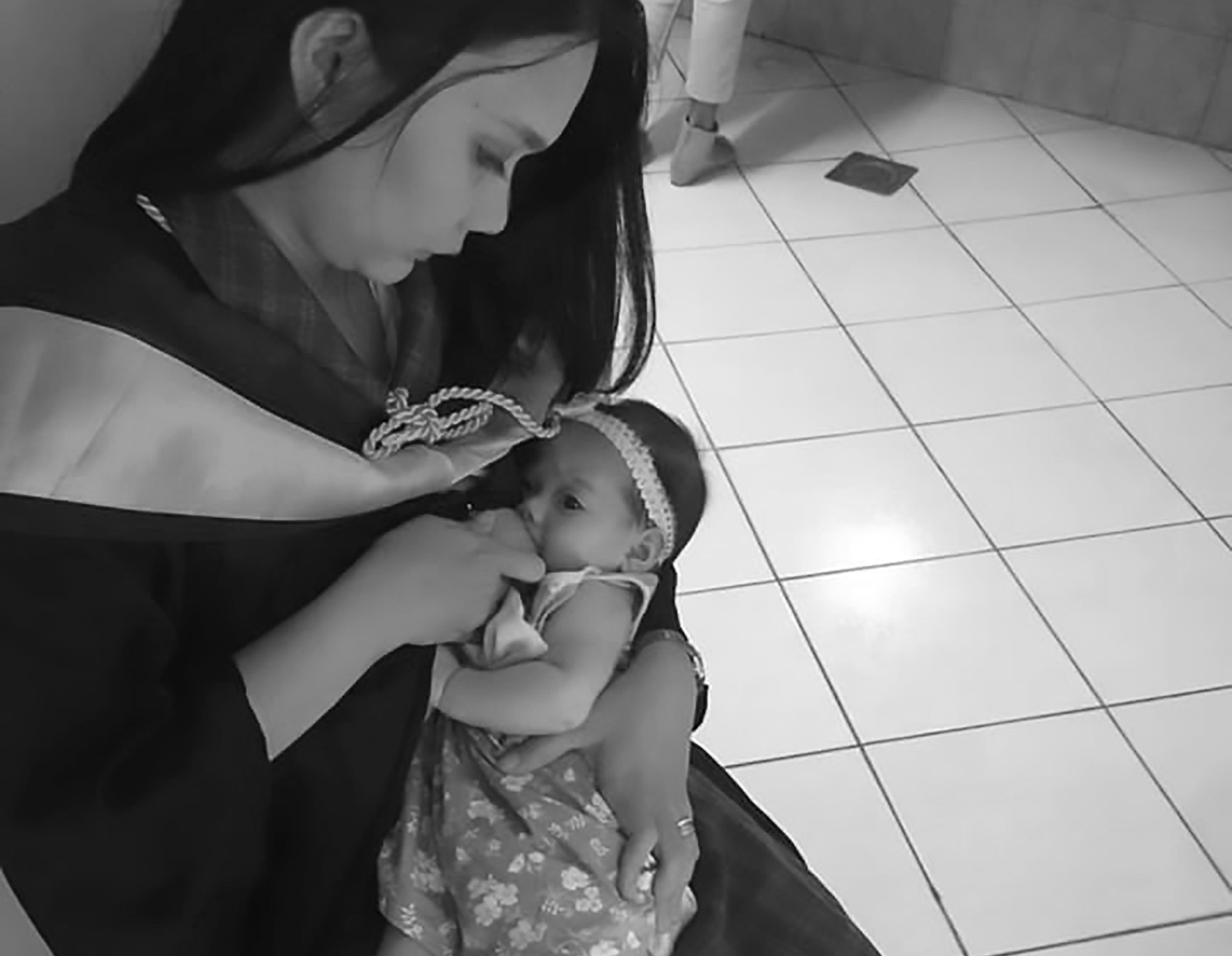Student Beauty Praised For Breastfeeding At Graduation