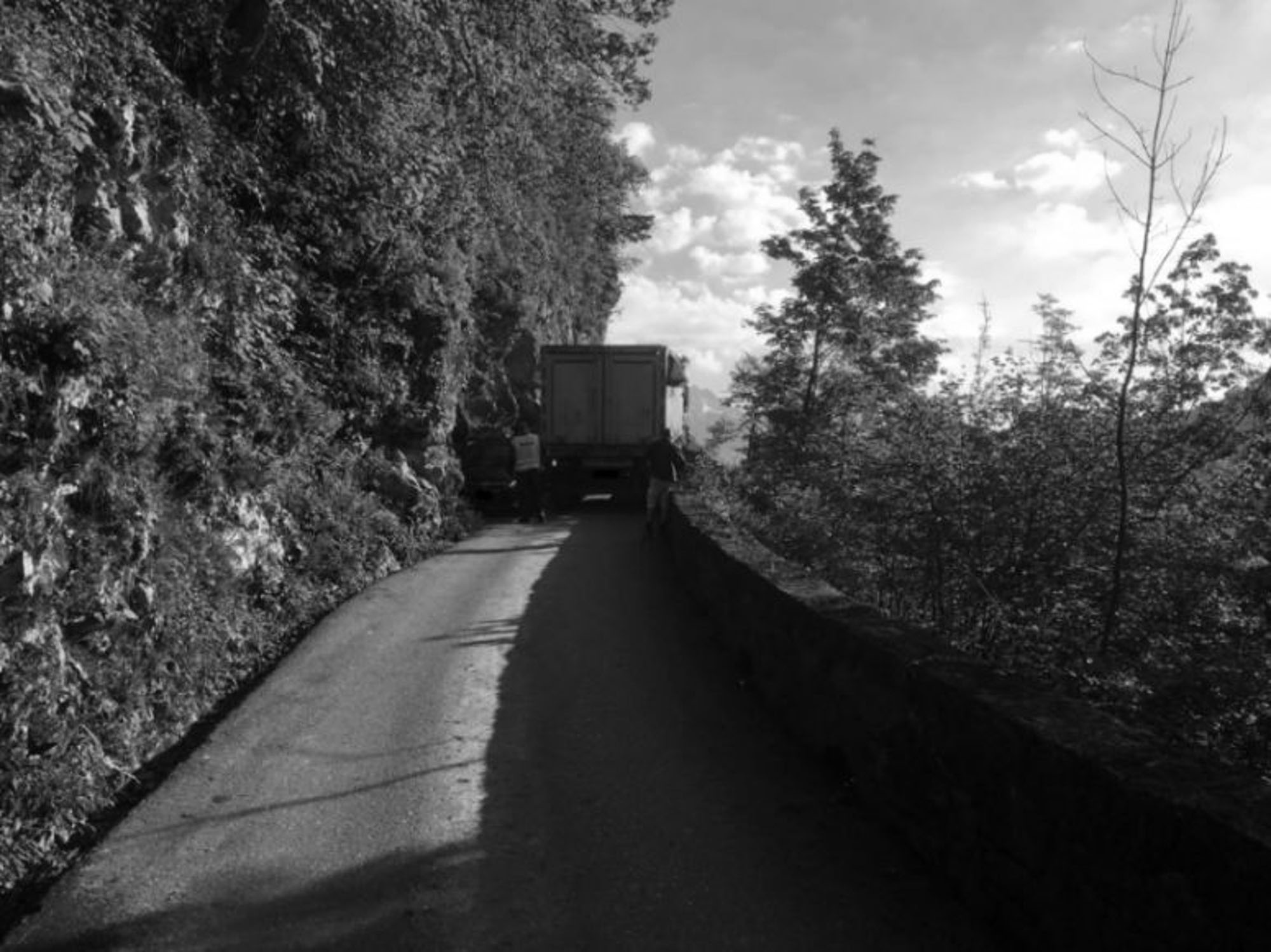 Bungling Satnav Driver Traps Lorry On Mountain Road