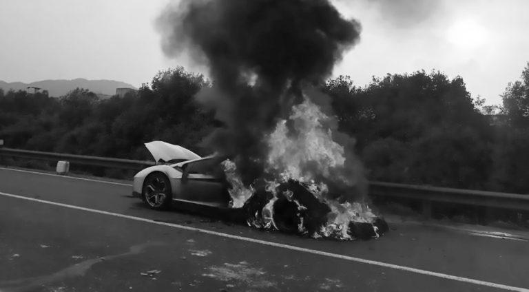 900K GBP Lambo Catches Fire As Pal Drives It On Motorway