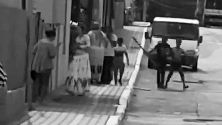 Gypsy Clans Brawl With Planks In Middle Of Street